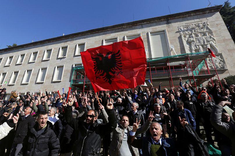 Albania, attaccata la sede del governo. Il centro destra chiede elezioni anticipate