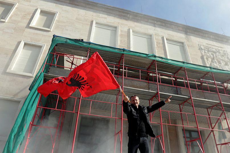 In Albania l'opposizione ha assaltato la sede del governo