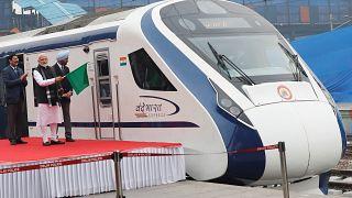 Hindistan'ın ilk yerli hızlı treni ikinci gününde ineğe çarparak arızalandı