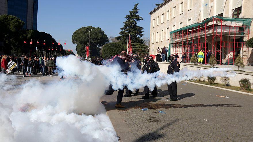 Arnavut eylemciler erken seçim talebiyle sokağa indi