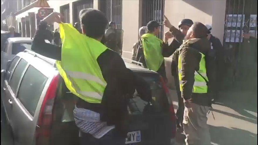 """شاهد: """"السترات الصفراء"""" يهاجمون مفكراً فرنسياً يهودياً في باريس والإدعاء الفرنسي يفتح تحقيقا"""