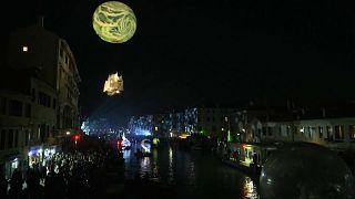 شاهد: عروض بهلوانية وراقصة في مهرجان البندقية