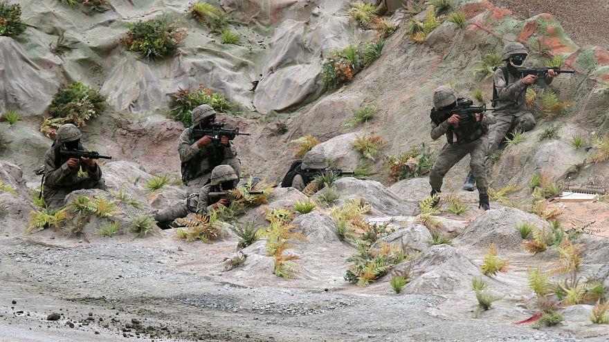 جنود من القوات المسلحة الاماراتية يستعرضون مهاراتهم خلال افتتاح معرض إيدكس