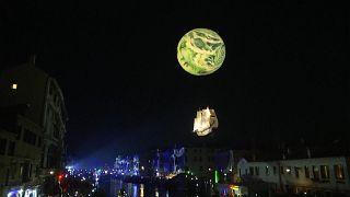 فستیوال جهانی ونیز، نمایشی از ماسکها و رقص نور