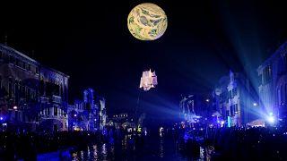 Einfach dem Mond in die Schuhe schieben: der Karneval in Venedig