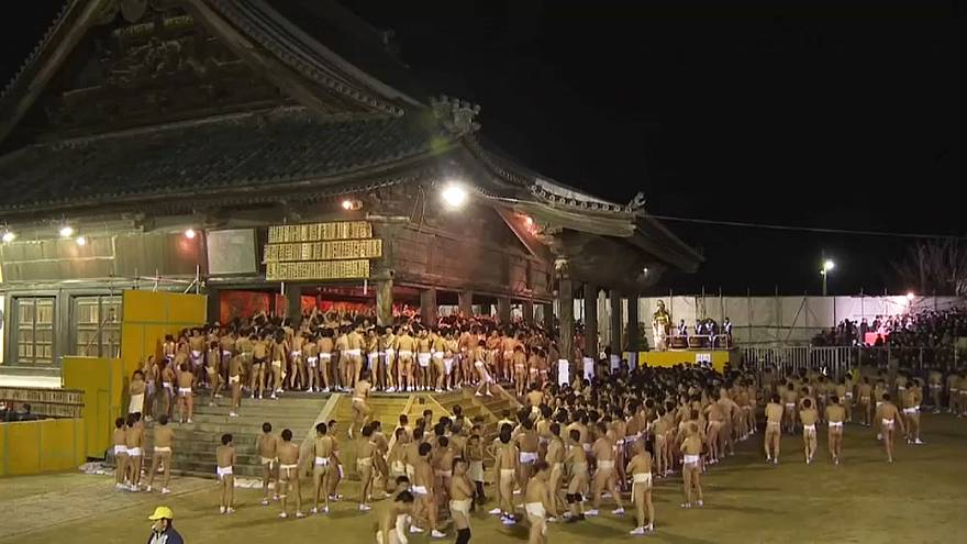 Csaknem teljesen meztelenre vetkőznek a japán férfiak egy fesztiválon a jó szerencséért