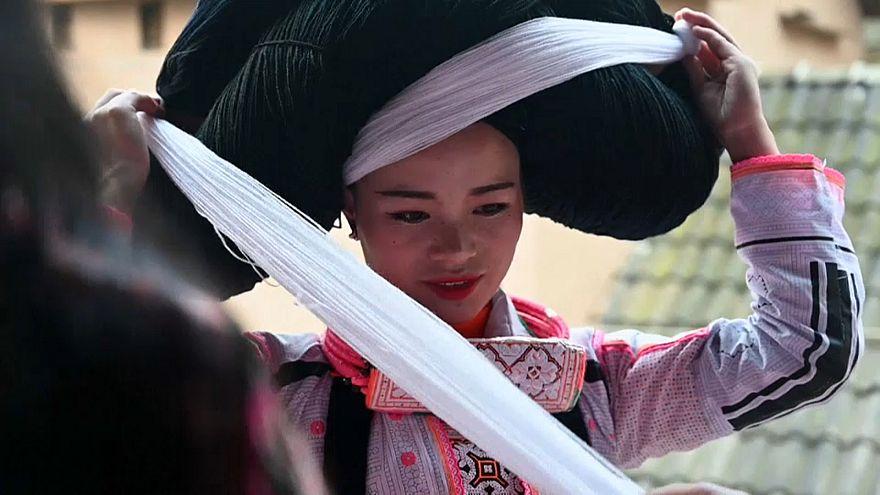 فتاة صينية تستعد للاحتفال بالسنة القمرية الجديدة