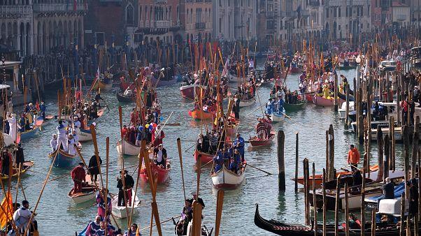 Καρναβάλι Βενετίας: Η θαλάσσια παρέλαση με γόνδολες