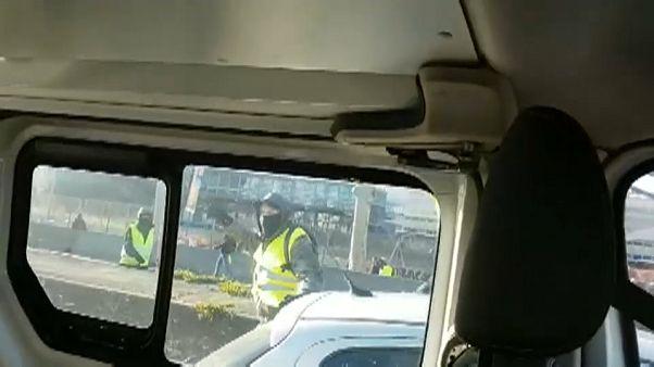 شاهد.. متظاهرون من السترات الصفراء يرشقون سيارة شرطة في ليون بالحجارة