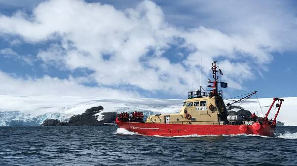 سفينة تابعة لقاعدة خوليو إسكوديرو العلمية بالقرب من جزر الملك جورج