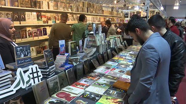زوار في معرض بغداد الدولي للكتاب