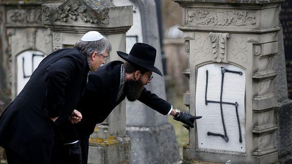 Rabino Harold-Abraham Weill inspecciona tumbas profanadas en Francia