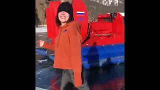 Eislauf-Olympiasiegerin Sotnikowa skatet auf dem (zugefrorenen) Baikalsee