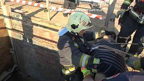 مجارستان؛ نجات یک گربه پس از سقوط در گودال ساختمانی