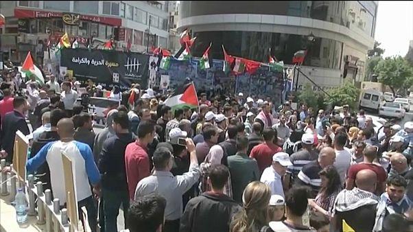 مسؤول فلسطيني يلوّح بمقاطعة البضائع الإسرائيلية رداً على اقتطاع أموال الضرائب
