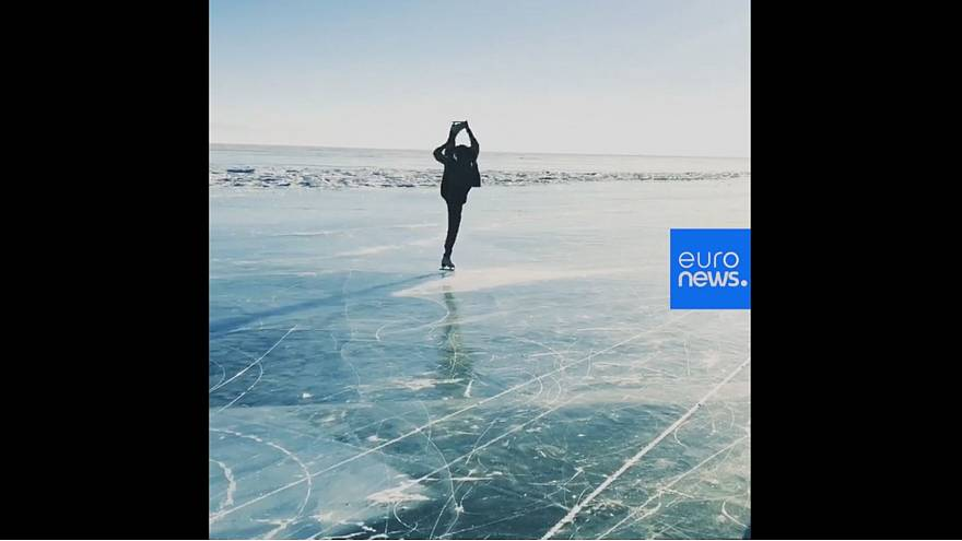 Видео: фигуристка Аделина Сотникова катается по озеру Байкал