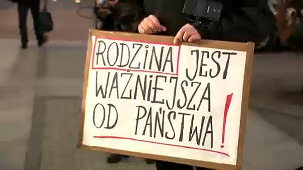 Az oslói lengyel nagykövetért tüntettek Varsóban