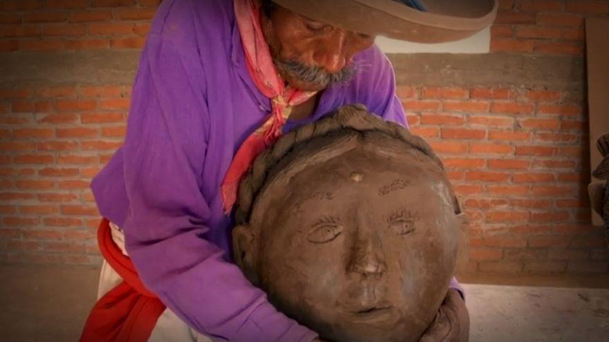هنرمند نابینای مکزیکی از خاک رس مجسمه میسازد