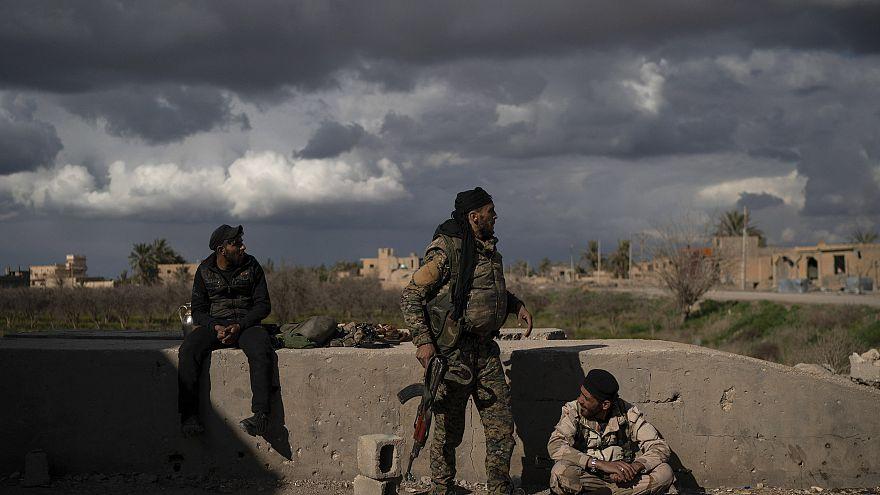 مقاتل من قوات سوريا الديموقراطية في قرية الباغوز شرق سوريا