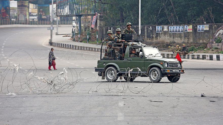 دورية عسكرية هندية مؤللة في كشمير
