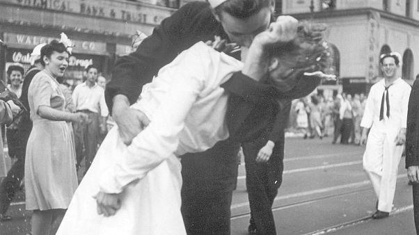 'Hemşireyi öpen denizci' 96 yaşında hayatını kaybetti
