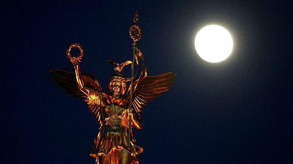 La Lune au-dessus de la Colonne de la Victoire à Berlin, le 18 février 2019