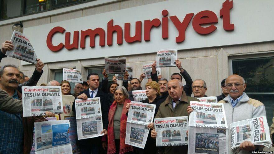 """مظاهرة أمام مبنى صحيفة """"جمهوريت"""" التركية (من الأرشيف)"""
