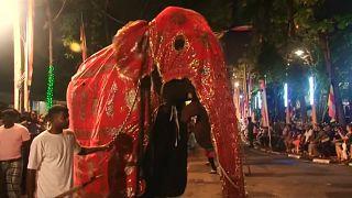 Buddhistischer Festzug lockt Touristen nach Colombo