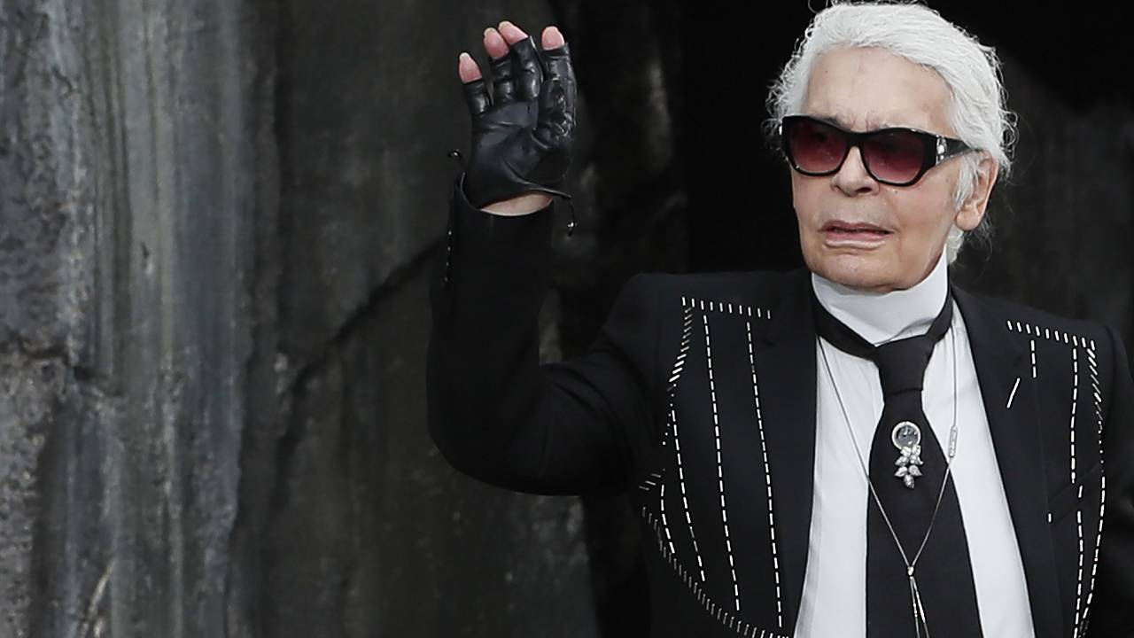 Meghalt Karl Lagerfeld divattervező