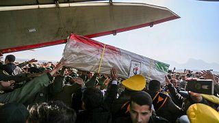 إيرانيون يتسلمون جثمان أحد العسكريين الذين قضوا في الهجوم