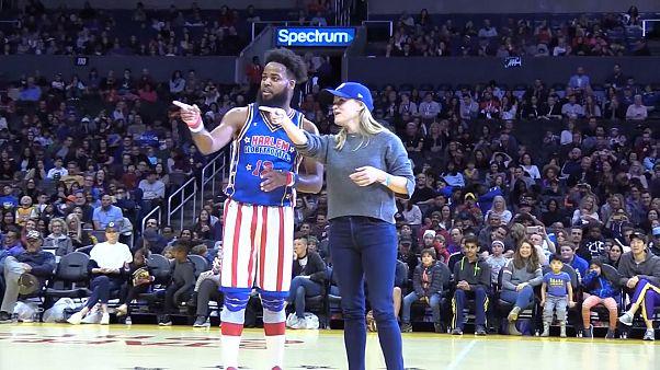 Oscar ödüllü oyuncu Reese Witherspoon'a Harlem Globtrotters gösterisinde sürpriz dans teklifi