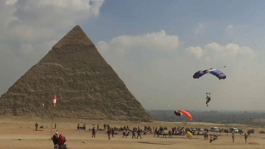 150 مغامرا سيقفزون بالمظلات فوق الأهرامات