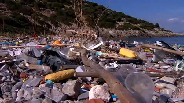 Τα πλαστικά απειλούν τον Σαρωνικό