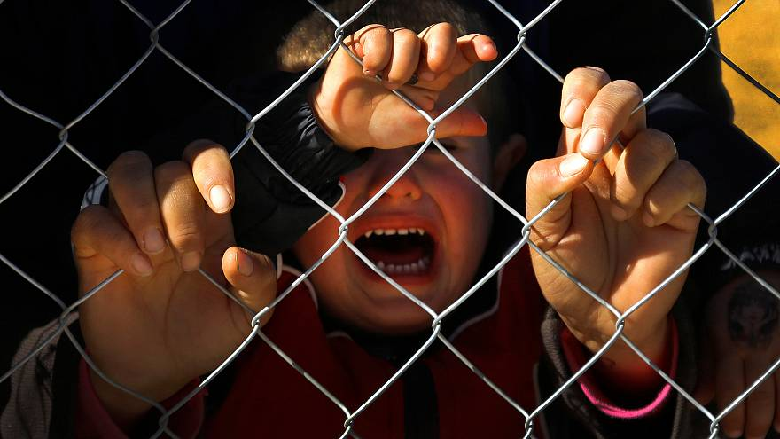 Refugiados menores mal tratados em França e Grécia