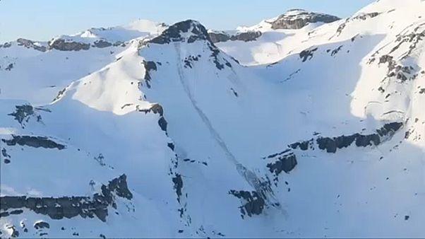 Под лавиной в Швейцарии погребены люди