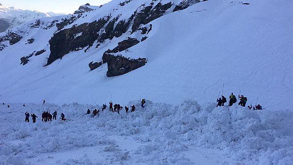 Лавина в Швейцарских Альпах: поиски приостановлены