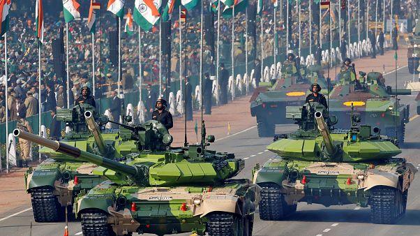 دبابات تي 90 الروسية التصميم في عرض عسكري في الهند