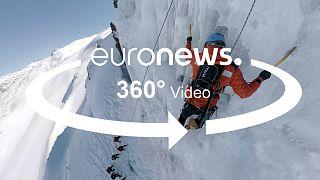 Испанские спасатели демонстрируют, как помочь человеку, попавшему под лавину