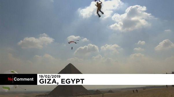Ejtőernyősök a gízai piramisok felett