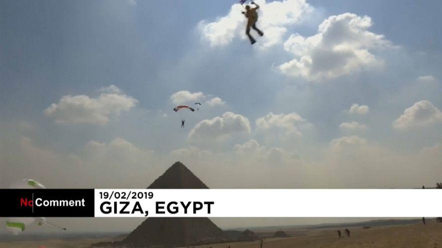 Paraşüt tutkunları Mısır piramitleri manzarasına karşı iniş yaptı