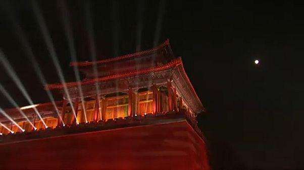 Látványos fényjáték a 600 éves várfalon