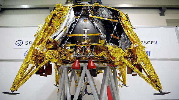 مركبة فضائية غير مأهولة لدى تقديمها إلى وسائل الإعلام