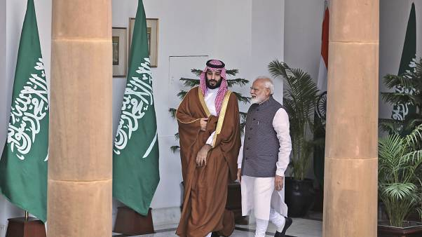ولي العهد السعودي الأمير محمد بن سلمان يصافح رئيس الوزراء الهندي ناريندرا