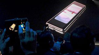 Η Samsung παρουσίασε το πρώτο κινητό που διπλώνει
