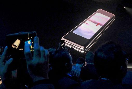 Samsung revela telemóvel dobrável