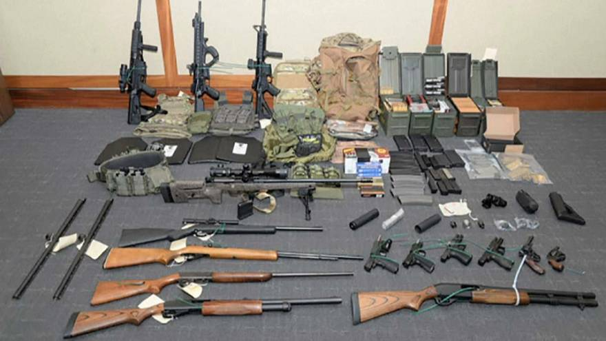 مجموعة من الأسلحة تمت مصادرتها من منزل الملازم هاسون