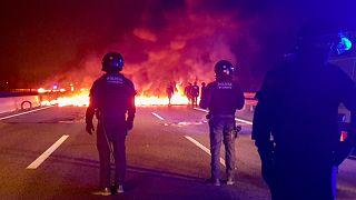 Katalonien: Aktivisten blockieren 11 Autobahnen mit brennenden Reifen