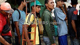 VenezuelanI in fila per ricevere assistenza a Cicuta