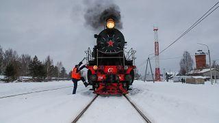شاهد: قطار بخاري عتيق يعود إلى الخدمة في روسيا