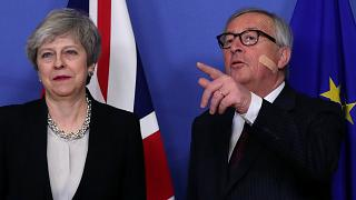 رئيس المفوضية الأوروبية جان-كلود يونكر ورئيسة الوزراء البريطانية